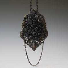 Tamara, Grüner Necklace: Meer des Lebens, 2009 Frame in blackened metal, resin, pigment, blackened silver 11,4 x 7,0 x 2,1 cm