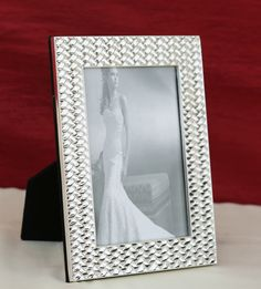 Photo Frame Cris-Cross Border http://www.thedivineluxury.com/product/Photo-Frame-Cris-Cross-Border.html The cris-cross silver shining design is a simple and elegant piece of art especially handpicked to redefine luxury amalgamated with elegant style.