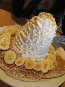【子供を実家に預け、旦那と二人で神戸へ】ホイップクリームが山盛りのった「パンケーキ」 エッグスシングス