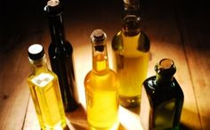The best and most healthful, edible oils. Learn all about the healthy oils you should add to your diet. Healthy oils like olive oil, palm oil, coconut oil and others. Best Cooking Oil, Healthy Cooking, Cooking Tips, How To Make Vinegar, Types Of Olives, Castor Oil For Hair Growth, Natural Health Tips, Healthy Oils, Canola Oil