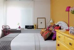 Neste apartamento em São Paulo, cores intensas são combinadas ao branco na medida certa. Papel de