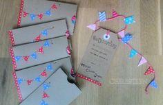 Uitnodiging voor onze verjaardagen. Met vlaggetjes slinger, label met tekst en zelfgemaakt envelopje van linnenpapier.