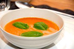 Opskrift på klassisk og cremet tomatsuppe, som du laver på friske tomater. Tomatsuppen får også en smule chili og fløde. Til en cremet tomatsuppe skal du bruge (forret til fire personer): 1 skalott…