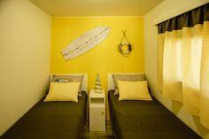 Mobil Homes en alquiler en el camping situado en primera línea de mar, en la Costa Dorada. Cinque Terre, Corner Desk, Cabinet, Storage, Furniture, Home Decor, Beach Feet, Corner Table, Clothes Stand
