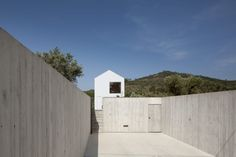 Source: João Mendes RibeiroPhotopraphy: José CamposThe Fonte Boa House is a single family house designed in a rural estate in Fartosa, Fonte Boa, in the centre of Portugal. The small estate, w Portugal, Sico, Agi Architects, Journal Du Design, Wallpaper Magazine, Alvar Aalto, Medan, Detached House, Bauhaus
