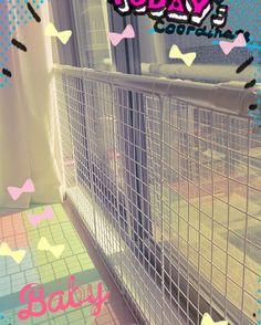 ・ 最近行動範囲がとても広い娘ちゃんの安全対策で、窓枠に転落防止の柵を作ってみた(*^^*) これで、窓を開けても大丈夫だね(о´∀`о)  元気いっぱい遊べー!!       #生後7ヶ月#8月生まれ#ハイハイマスター#ハイハイ#転落防止#手作り#柵#突っ張り棒#ワイヤーネット#baby#babygirl#handmade#つかまり立ち#つたい歩き#危険がいっぱい#安全対策#ベビーゲート#DIY