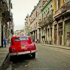 Por las calles de La Habana, Cuba, en 2004. Dodge Fluid Drive de los 1940s - (from my travel memories) - see more clicking this hashtag: 👉 #CubabyCarlosAlkmin and www.fb.com/alkmin - #Cuba #Havana #LaHabana #Caribe #Almendron #CubaLibre #retrostyle #Vintage #Old #Street #Coche #Car #Maquina #Dodge #Chrysler #FluidDrive #1947 #Past #Street #Decay #UrbanDecay #StreetPhotography #Red #FidelCastro #40s #1940s #50s #1950s