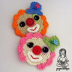 Klauní dvojka Háčkované aplikace / nášivky  - výška klauna cca 7 cm - 100% bavlna - příze Catania, Camilla, Limone - každý klaun je ozdoben kamínkem ve tvaru kytičky - dá se použít na čepičku, tričko, džíny, tašku...