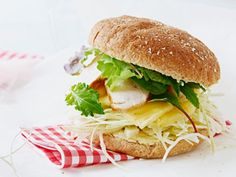 Sandwich med kylling og karry Salmon Burgers, Karry, Picnic, Sandwiches, Chicken, Flutes, Ethnic Recipes, Food, Pineapple