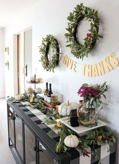26 Easy Thanksgiving Sideboard Decor & Entertaining Ideas – Thanksgiving Decorations – Grandcrafter – DIY Christmas Ideas ♥ Homes Decoration Ideas Hosting Thanksgiving, Thanksgiving Parties, Thanksgiving Tablescapes, Thanksgiving Decorations, Seasonal Decor, Fall Decor, Friendsgiving Ideas, Family Thanksgiving, Outdoor Thanksgiving