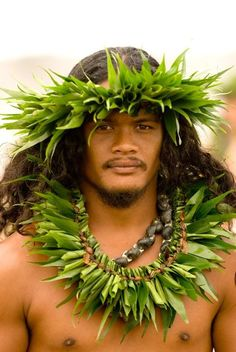 Polynesian man from Tahiti Polynesian Men, Polynesian Islands, Polynesian Culture, Hawaiian Islands, Polynesian Designs, Hawaii Tours, Aloha Hawaii, We Are The World, People Around The World