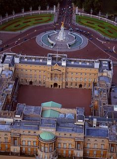 Aerial view Aerial view over Houses of Parliament with Buckingham Palace in the background, London - Jason Hawkes Aerial Photography London City, London Pubs, Buckingham Palace London, Windsor Castle, England And Scotland, Kirchen, British Isles, Westminster, Leeds