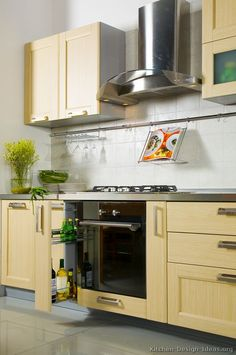 Idea of the Day: Modern Light Wood Kitchens. Very lovely, light wood pull out racks Yellow Kitchen Cabinets, Kitchen Cabinets Pictures, Kitchen Pictures, Yellow Kitchens, Kitchen Ideas, Kitchen 2016, Light Wood Kitchens, Diy Home Decor Bedroom, Kitchen Gallery