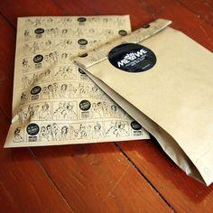 Lahjapussin sarjakuva neuvoo pipon pukemisessa! Me We Pipo postitetaan silkkipaperissa ja komeassa postituspussissa. Piirros Mikko Pitkänen, käsikirjoitus Anu Hame.