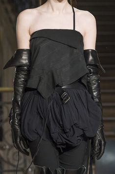 Ann Demeulemeester at Paris Fashion Week Fall 2018 - Details Runway Photos All Black Fashion, Only Fashion, Love Fashion, Runway Fashion, High Fashion, Fashion Show, Future Fashion, Emo Fashion, Cyberpunk Fashion