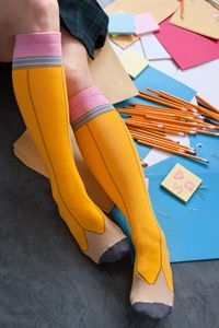 Look at these adorable pencil knee-high socks. Too cute. Crazy Socks, Cool Socks, Awesome Socks, Unique Socks, Silly Socks, Smart Socks, Happy Socks, Do It Yourself Fashion, Mein Style
