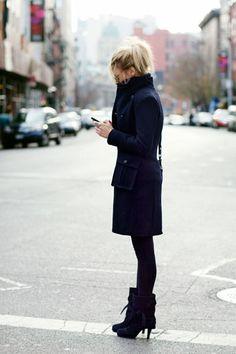 Street style - Look total black. Casaco, meia calça grossa e botas.