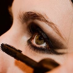 http://www.missbloom.gr/beauty/beauty-tips-and-trends/26056/articles/i-nea-ekdoxi-toy-cat-eye-look-poy-irthe-g/article.aspx