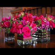 Love the ribbon around the vases, with a little sparkle!