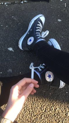 adoro all star 🖤 Aesthetic Shoes, Beige Aesthetic, Aesthetic Grunge, Converse All Star, Converse Shoes, High Top Converse Outfits, Smoke Pictures, Fashion Shoes, Mens Fashion