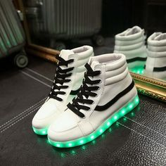 www.fr/ Einzigartige Led-Schuhe Awesome Adidas Teen Girls For Parties . Yeezy Sneakers, Casual Sneakers, High Top Sneakers, Light Up Shoes, Lit Shoes, Shoes Heels, Swag Style, Fashion Boots, Sneakers Fashion