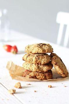 Cookies vegan (flocons d'avoine, farine de coco, sucre de canne, graines de lin, noix de pécan, huile de coco, purée d'amandes, lait de riz et chocolat)