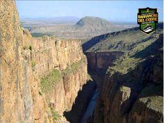 BARRANCAS DEL COBRE te dice.  las Espectaculares barrancas han dado fama mundial al estado de Chihuahua: Batopilas, Candameña, Del Cobre, Sinforosa, Urique, etcétera. Una de las menos conocidas, pero no por ello menos impresionante, es el cañón del Pegüis, ubicado a unos 40 km al oeste de la ciudad fronteriza de Ojinaga. www.chihuahua.gob.mx/turismoweb