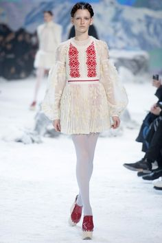 See the complete Moncler Gamme Rouge Fall 2016 Ready-to-Wear collection.