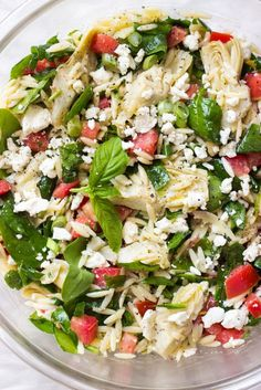 Colorful orzo salad in less than 30 minutes! This Mediterranean tangy fresh orzo salad with artichokes, spinach is easy to make and tastes amazing. Spinach Orzo Salad, Orzo Salad Recipes, Spinach And Feta, Feta Pasta, Couscous Salad, Baby Spinach, Quinoa Salad, Lemon Orzo Salad, Spinach Soup