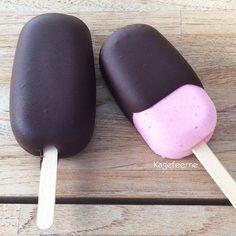 Lækre ispinde med skyr, hindbær og jordbær. De kan tilsmages med lidt sød, eller hvad du selv ønsker at tilsmage med, f.eks. honning, sukrin, dadelpurre.