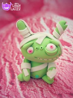 Random OUCHIE Lazy: Handmade, one of a kind monster figurine - a mix between a beat up lil monster and a mummy. Polymer Clay Sculptures, Polymer Clay Miniatures, Sculpture Clay, Cute Polymer Clay, Fimo Clay, Diy Arts And Crafts, Clay Crafts, Clay Monsters, Biscuit