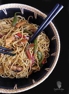Noodles with chicken and soja sauce Pasta China, Asian Recipes, Healthy Recipes, Ethnic Recipes, Kitchen Recipes, Cooking Recipes, My Favorite Food, Favorite Recipes, Empanadas
