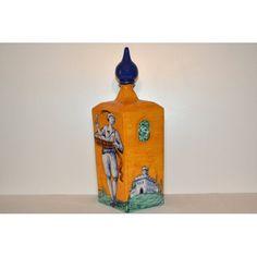 """Fedele riproduzione di bottiglie raffiguranti gli antichi mestieri del Rinascimento toscano """"Il Vetraio"""".Questo oggetto è rigorosamente e abilmente fatto e pitturato a mano da Maestri Artigiani di Montelupo, e pertanto appare unico nei suoi particolari."""