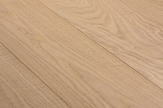 A warm, golden and very superior shade of colour! Natural Wood Flooring, Real Wood Floors, Wide Plank Flooring, Engineered Hardwood Flooring, Cleaning Wood Floors, Installing Hardwood Floors, Types Of Flooring, Red Oak, Types Of Wood