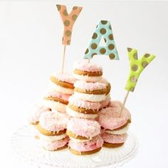 {YAY} for coconut covered macaroons! This is the perfect mini party display! ✨