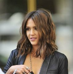 Jessica Alba long bob the fashion medley LOVE her hair.when I muster up the courage to cut it :) Cabelo Jessica Alba, Jessica Alba Lob, Jessica Alba Short Hair, Pretty Hairstyles, Bob Hairstyles, Bob Haircuts, Layered Haircuts, Wedding Hairstyles, Modern Haircuts