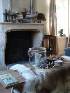 Mooi bruin Cottage Living Rooms, Home Living Room, Living Room Designs, Pretty Room, Modern Country, Country Style, Autumn Home, Living Room Inspiration, Creative Decor