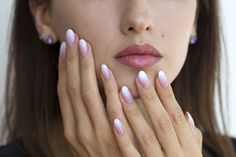 What you should know before getting dip powder nails – The World News Daily Was Sie wissen sollten, bevor Sie Pudernägel bekommen – The World News Daily Nails Yellow, White Nails, Glitter Acrylics, Nail Manicure, Diy Nails, Nail Dipping Powder Colors, Nails News, Sns Nails Colors, French Nails
