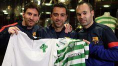 Messi, Xavi i Iniesta amb samarretes del Celtic de Glasgow, mostrant el seu respecte pel club escocès