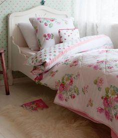 Room Seven bedsprei Rosy is een wit met rose sprei die voorzien is van bloemen. De tijk van deze sprei is gemaakt van katoen perkal en is gevuld met polyester.