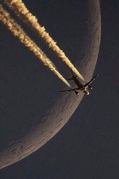 Beautiful Photo Of The Moon and A Jet Airliner Jet Privé, Cool Pictures, Cool Photos, Commercial Aircraft, Beautiful Moon, Military Aircraft, Belle Photo, Fighter Jets, Scenery