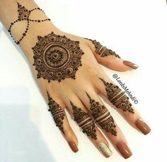 Must check out the simple gol tikka mehndi designs for hands. Choose your favorite gol tikka mehndi either for front hands or back hands. Henna Hand Designs, Mehndi Art Designs, Mehndi Patterns, Bridal Mehndi Designs, Mehndi Designs For Hands, Henna Tattoo Designs, Bridal Henna, Indian Bridal, Wedding Designs