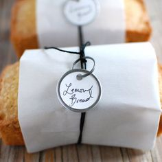 Tiny lemon bread loaves, I like the packaging. This would be cute wedding favors-do a bunch of difderent kinds of bread (banana bread? Bread Packaging, Dessert Packaging, Bakery Packaging, Packaging Design, Packaging Ideas, Sandwich Packaging, Gift Packaging, Lemon Bread, Bakery Design
