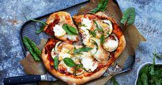 Frasigt härlig pizza som kräver baksten och en grill med lock för att bli bra. Det går också bra att göra pizzan i ugnen. Var noga med att krama ur vätskan ur zucchinin, annars blir pizzan lätt för blöt.
