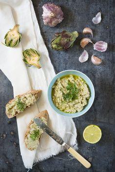 Une recette très facile, fraîche et parfaite pour changer de la tapenade d'olives pour vos apéros… Pour un pot : 6 gros artichauts 1 gousse d'ail 1 citron 6 CS d'huile d&#8…