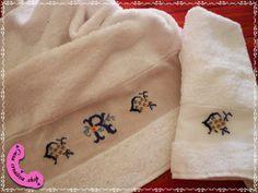 Coppia asciugamani di spugna con ricamo a mano punto croce.