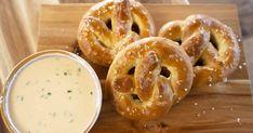 Cette recette de bretzels maison accompagnés d'une sauce chaude au fromage du chef Chuck Hugues ne vous laissera pas indifférent. Onion Rings, Bagel, Doughnut, Bread, Ethnic Recipes, Desserts, Pains, Food, Biscuits