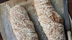 """Saftigt, lyst og let krydret brød bagt med """"havregrød"""", så det holder sig friskt længe. Få opskriften på de lækre og saftige rug-havre-brød her"""