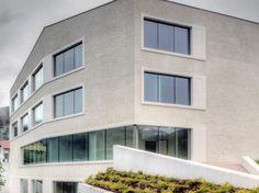 Die großflächigen horizontalen Fensterbänder mit Festverglasung sind durch vorspringende Faschen aus Aluminium gefasst