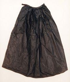 Es ist ein weiter schwarzer Damenrock für Krimoline, schlicht aus schwarzer Seide. Kappeln 1800-1900